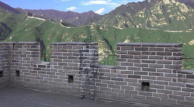 «Quand le camouflage devient stratégie» contre le Pouvoir par l'artiste Liu Bolin